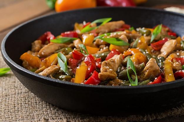 Soffriggere pollo, peperoni e fagiolini Foto Gratuite
