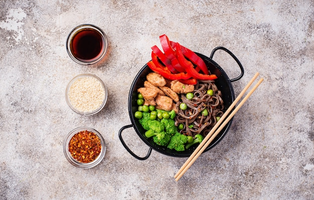 Stir fry soba with meat and vegetables Premium Photo