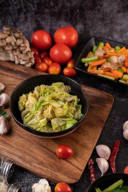 На черной тарелке перемешать белокочанную капусту с устричным соусом. Бесплатные Фотографии