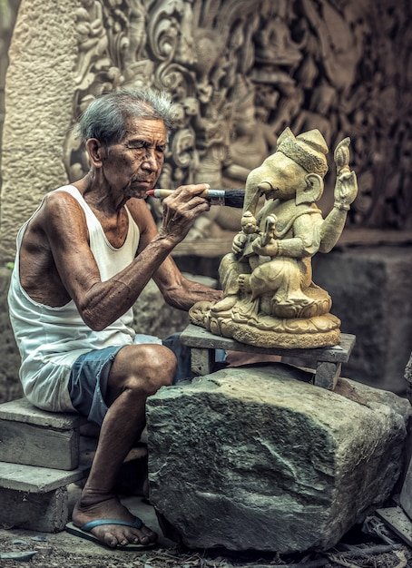 Stone carver, thailand Premium Photo