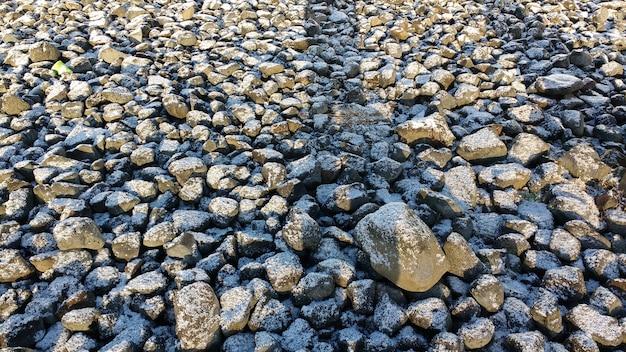 Terreno ricoperto di pietra con un sottile strato di neve durante l'inverno Foto Gratuite