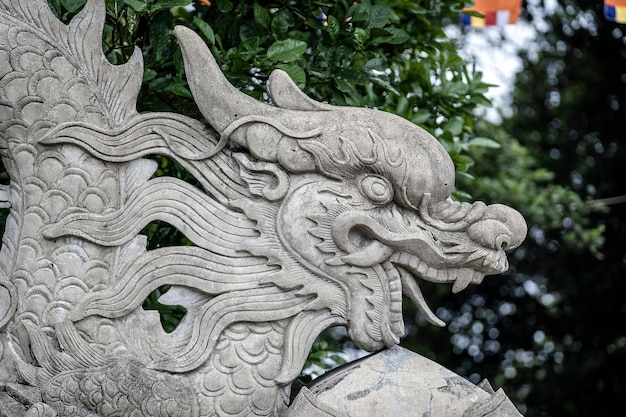 Stone dragon sculpture at the entrance to a buddhist temple Premium Photo