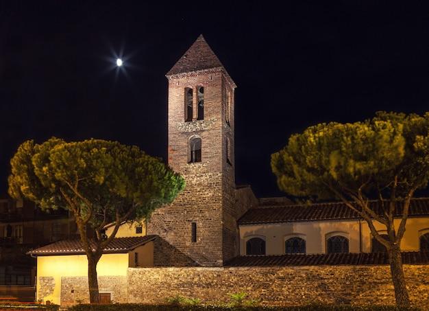 Каменная крепость с колокольней ночью Premium Фотографии