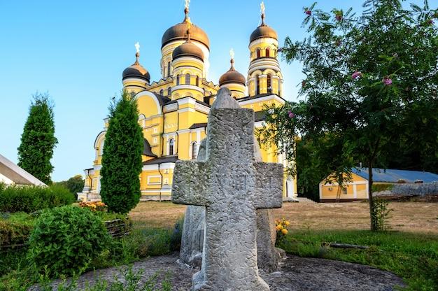 Statua di pietra di una croce davanti al monastero e alla chiesa di hancu. Foto Gratuite