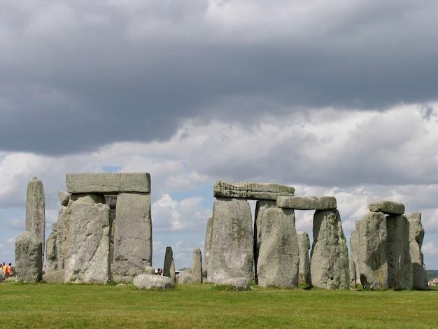 Стоунхендж в уилтшире, великобритания. доисторический памятник, состоит из кольца стоячих камней. Premium Фотографии