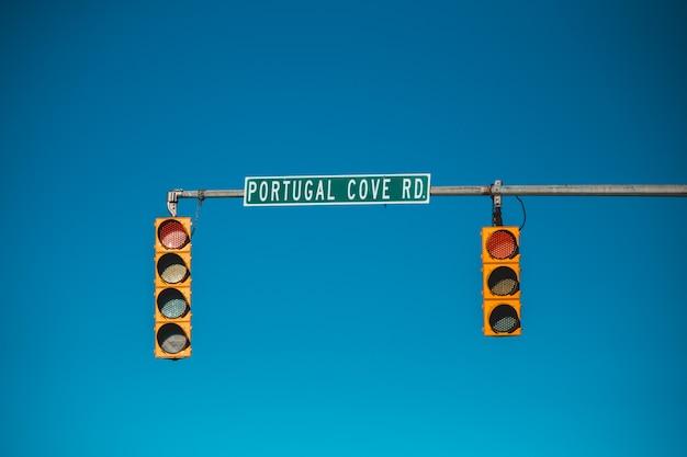 Luce di stop con segnale di stop Foto Gratuite