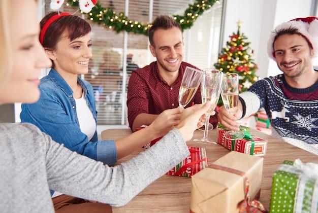 일을 그만두고 크리스마스를 축하하십시오 무료 사진