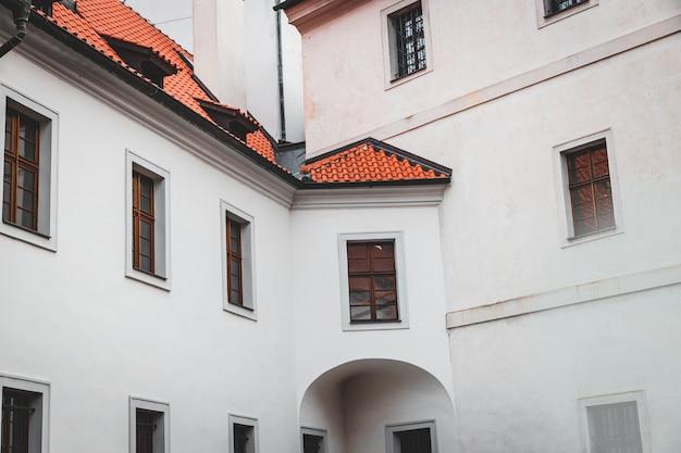 Страговский монастырь фасад старого белого здания в праге, чешская республика Premium Фотографии
