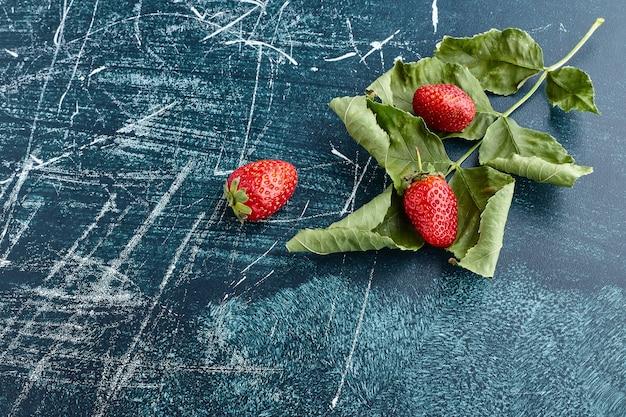 Клубника на зеленых листьях. Бесплатные Фотографии