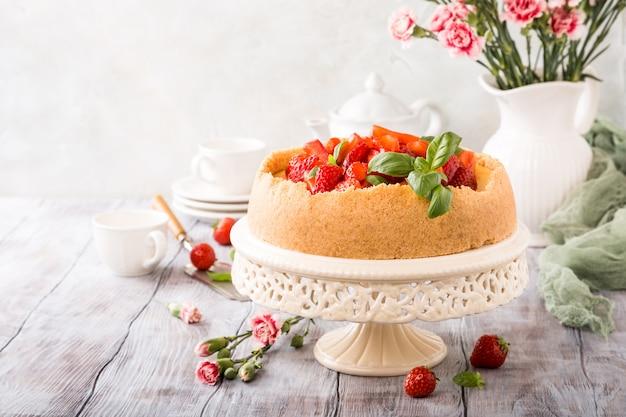 Strawberry cheesecake and flowers Premium Photo