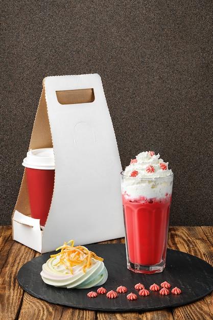 Клубничный кофе со взбитыми сливками и безе Premium Фотографии