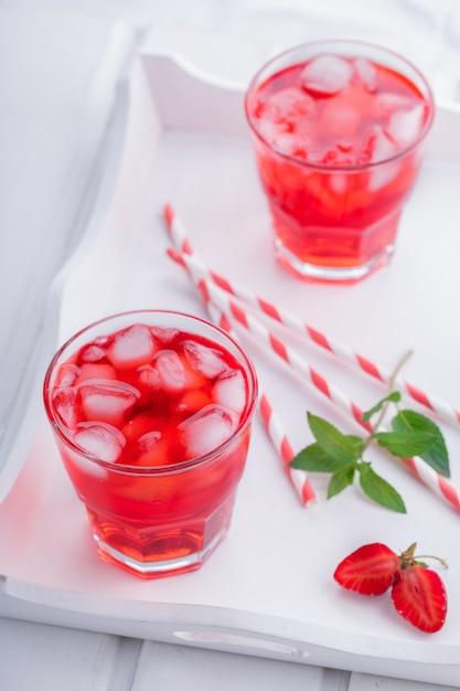 Клубничный напиток лето для вечеринок. Premium Фотографии
