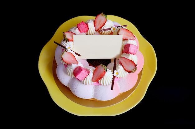 黒に空白のホワイトチョコレートグリーティングカードとストロベリーゼリーバニラムースケーキ Premium写真