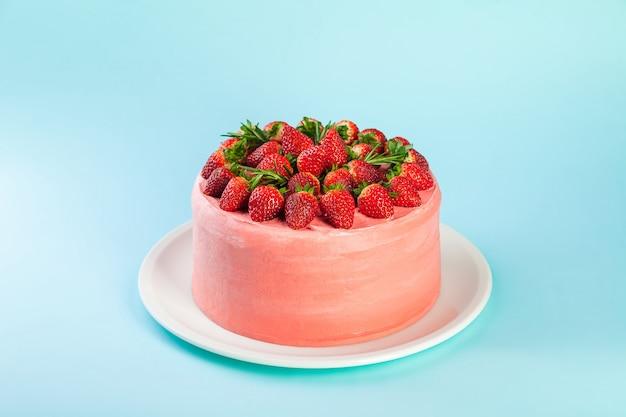 Клубничный торт маскарпоне со свежими ягодами и листьями розмарина Premium Фотографии