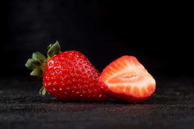 Клубнично-красный свежий сочный спелые плоды половины вырезать изолирован на сером Бесплатные Фотографии