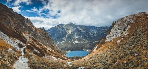 Озеро штрбске плесо в долине. татры. Premium Фотографии