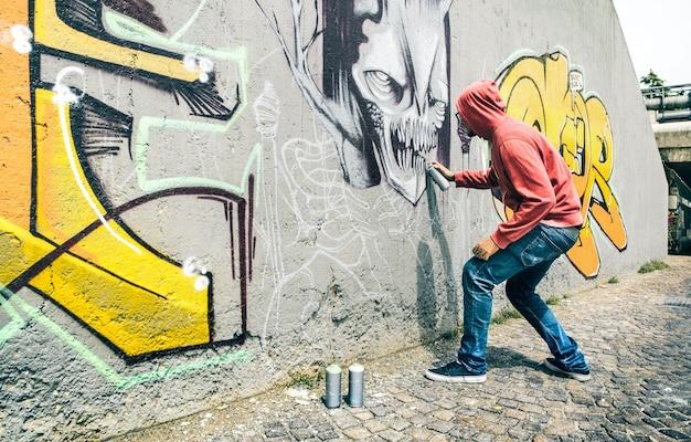 일반 벽에 다채로운 낙서 그림 거리의 예술가 프리미엄 사진