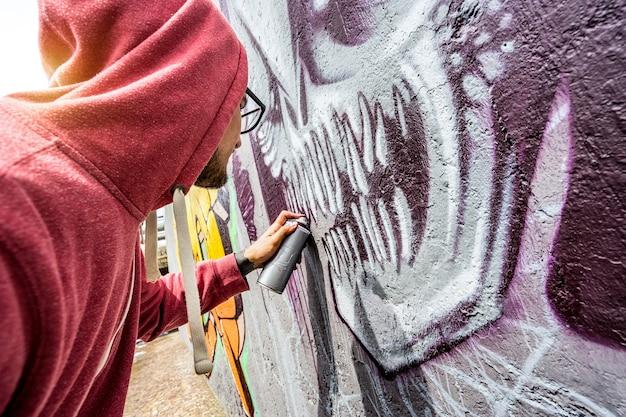 공공 벽에 다채로운 낙서 그림 거리의 예술가 프리미엄 사진