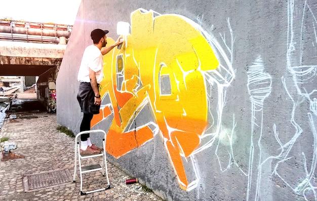 공공 공간 벽에 색 낙서 작업 거리 예술가 프리미엄 사진