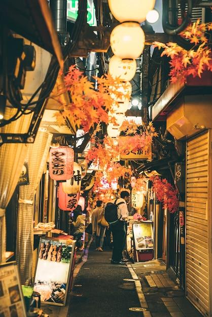 Улица ночью в городе с огнями и людьми Бесплатные Фотографии
