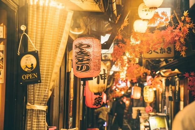 Ночная улица в городе с людьми и огнями Бесплатные Фотографии