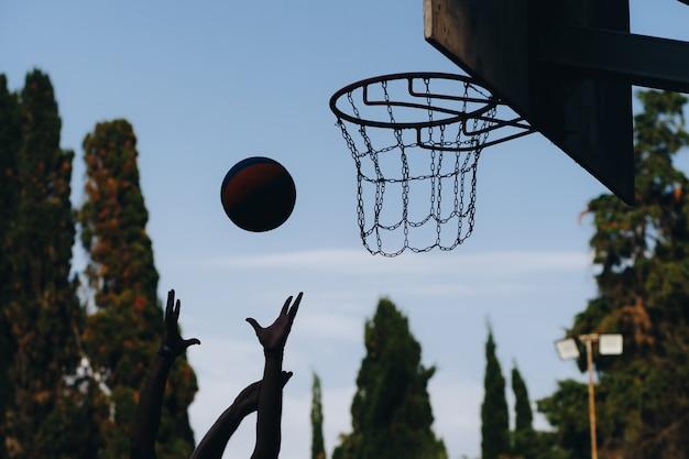 Уличный баскетбол. щит, мяч летит в корзину. точный бросок в баскетбольном ринге. концепция спорта. Premium Фотографии