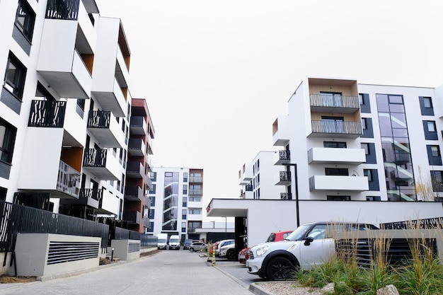 Street of cozy courtyard of modern residential buildings district with parked cars. Premium Photo