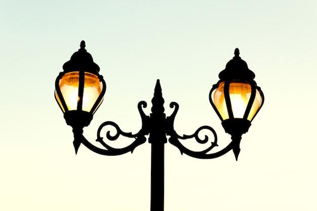 Уличный фонарь в античном стиле Premium Фотографии