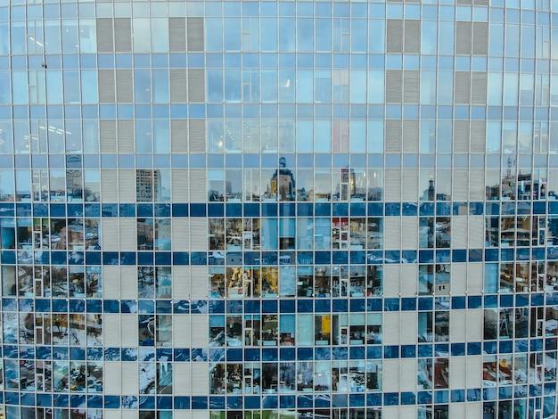 ガラス鋼の建物のファサードに通りの反射 無料写真