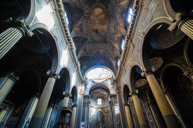 Street view con galleria nella città di bologna in italia Foto Gratuite