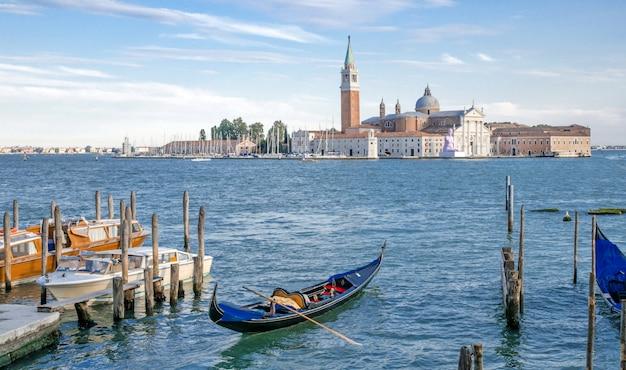 イタリア、ベニスの通り Premium写真