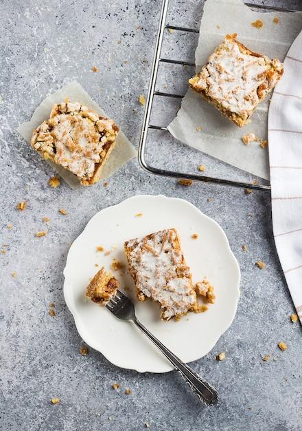 フルーツジャムと白い皿にstreuselケーキパイの甘い作品 無料写真