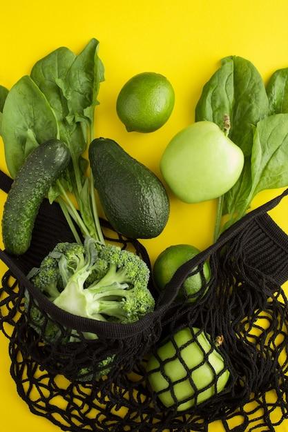 Черная сумка для покупок с зелеными фруктами и овощами Premium Фотографии