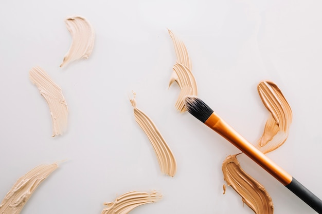 Strokes of concealers and brush Free Photo