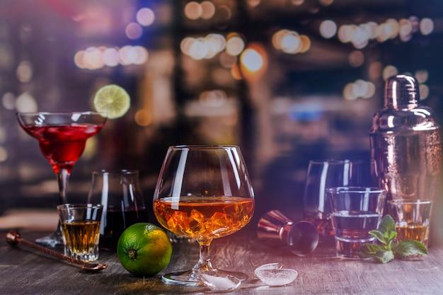 Крепкие алкогольные напитки в баре Premium Фотографии