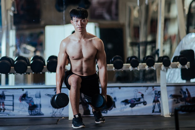Strong bodybuilder with perfect deltoid muscles Free Photo