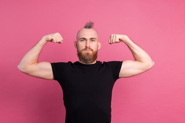 근육을 보여주는 분홍색 배경에 강한 유럽 남자 무료 사진