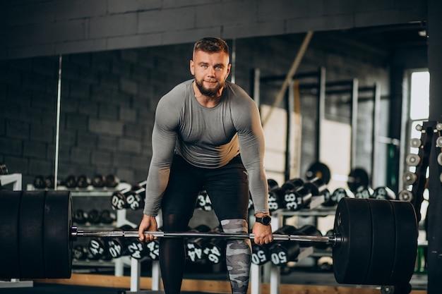 ジムで運動する強い男 無料写真