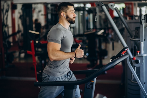 Strong man training in gym Free Photo