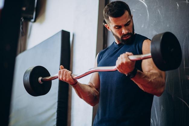 Тренировка сильного человека в тренажерном зале Бесплатные Фотографии