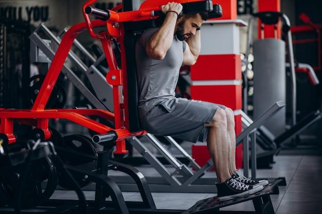 強い男がジムでトレーニング 無料写真