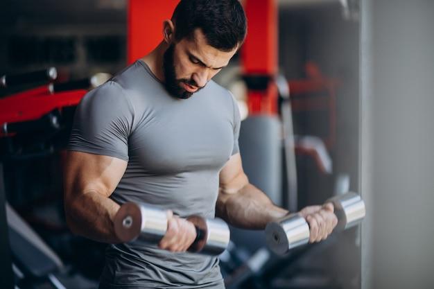 체육관에서 강한 남자 훈련 무료 사진