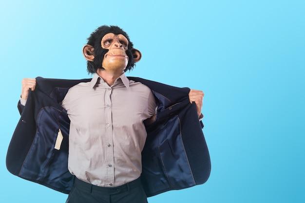 Сильный человек обезьяны на цветном фоне Premium Фотографии