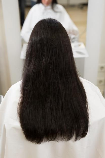 강하고 윤기 있고 건강한 긴 갈색 머리 프리미엄 사진