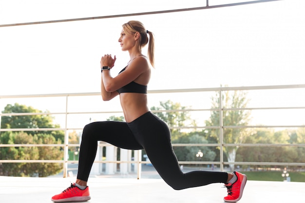 Strong young sports lady make sports exercises. Free Photo