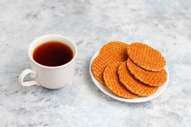 Stroopwafels、紅茶またはコーヒーと蜂蜜入りのキャラメルダッチワッフル 無料写真