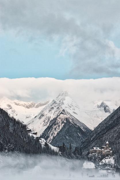 Colpo strutturale di snowy mountain Foto Gratuite