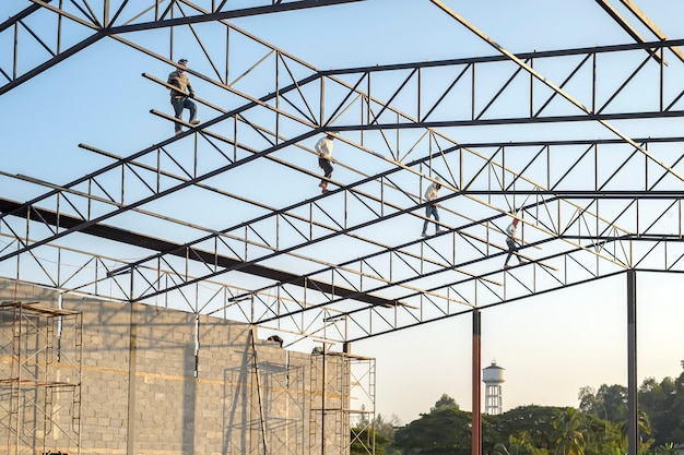 structure-steel-roof-construction-building-while-being-completed_46383-376.jpg (626×417)