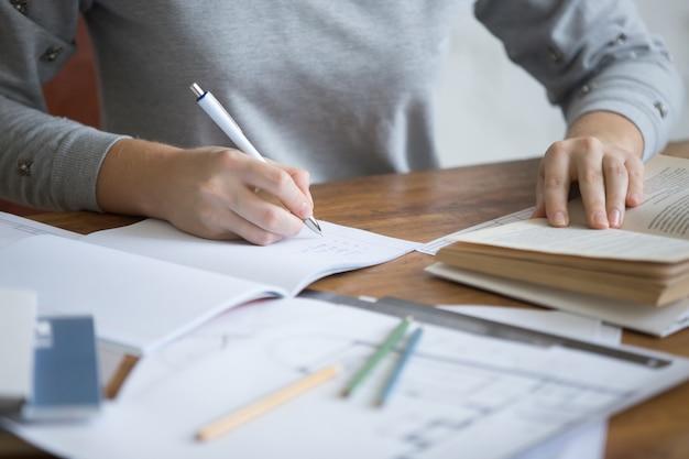 Освітні стандарти для профтехів мають базуватися на компетентнісному підході, визначати результати навчання та кількість годин для їхнього опанування - МОН затвердило методичні рекомендації для розробників документів