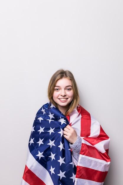 Студент девушка держит американский флаг изолированы Бесплатные Фотографии
